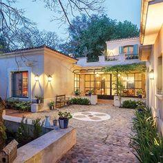 Y un tipo de casa así, con patio central abierto al jardín, corredor y opción de porche? Todo lo que quiero en una