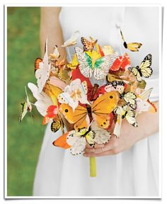 Ramo de novia hecho con mariposas de papel