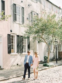 A Seriously Romantic Charleston Engagement Style Me Pretty - Charming Streets Lined With Blooming Trees Make A Perfect Backdrop For This Couples Charleston Engagement Session Charming Streets Lined With Blooming Trees Make A Perfect Backdrop For This Cou Engagement Photo Outfits, Engagement Photo Inspiration, Fall Engagement, Engagement Pictures, Engagement Shoots, Engagement Photography, Formal Engagement Photos, Couple Photography, Country Engagement