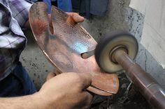 Polissage de la corbeille en cuivre martele. Tools, Copper, Objects, Instruments