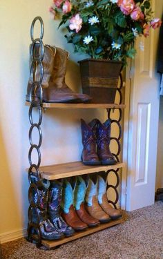 31 Epic Horseshoe Crafts to Consider In a Vibrant Rustic Decor - Western Decor Horseshoe Projects, Horseshoe Crafts, Horseshoe Art, Metal Projects, Welding Projects, Welding Ideas, Welding Crafts, Horseshoe Boot Rack, Horseshoe Decorations