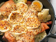 Salmon and boiled egg gratin    Raw salmon fillets 2 pieces  cauliflower 1/4 stock  Boiled egg 2 pieces  [Mayonnaise sauce]  ·mayonnaise 3 tablespoons  ·milk 1 tablespoon  Grain mustard 1 tablespoon  Salt and pepper Each one  Olive oil 1 tablespoon