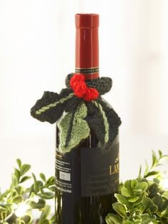 Free Knitted Pattern - Give your next gift wine a special touch by adding this Holly topper. Christmas