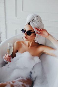 Model Poses Photography, Bath Photography, Fashion Photography, Foto Glamour, Shotting Photo, Photo Grid, Photoshoot Themes, Foto Casual, Classy Aesthetic
