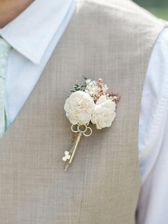 Fashion a simple rustic boutonniere with flowers and an antique key for a unique, shabby-chic groom accent. Vintage Boutonniere, Groomsmen Boutonniere, Corsage And Boutonniere, Groom And Groomsmen, Prom Flowers, Wedding Flowers, Alternative Bouquet, Shabby Chic, Grooms