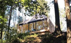 The Hut by Midland Architecture operates off-the-grid in Ohio - Architect Greg Dutton has designed a treehouse-like, off-grid retreat on his family's property in - Architecture Durable, Sustainable Architecture, Architecture Design, Classical Architecture, Off The Grid, Nordic Design, Scandinavian Design, Scandinavian Architecture, Urban Design