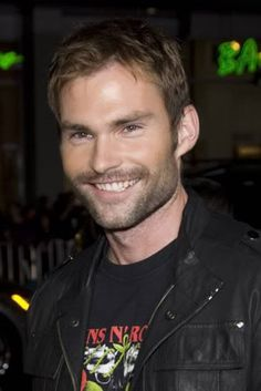 Sean William Scott.... Gotta love that he has a Guns 'n Roses Tshirt on ;)