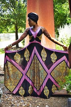 Девушка в платье с африканским принто, крупными серьгами и платком на голове