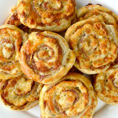 ️❤️ CHEESY ITALIAN PINWHEELS ️❤️ Cheesy French Pinwheels are a super easy appetizer that starts with store bought puff pastry. These are deliciously loaded with salami and Pepper Jack cheese. Appetizer Recipes, Best Appetizers, Pinwheel Appetizers, French Appetizers, Party Appetizers, Puff Pastry Recipes, Appetizers With Puff Pastry, Puff Pastry Pinwheels, Puff Pastries