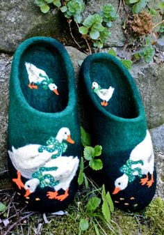 "Lovely heart things: Felt and Felt: ""Collection of slippers from Irina U"" (Czech Republic, Prague) Baby Slippers, Felted Slippers, Crochet Slippers, Wool Shoes, Felt Shoes, Felt Booties, Baby Booties, Wet Felting, Fashion Shoes"