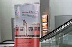 Kakemono de l'exposition dans le hall de l'IAU. Milan, Exposition Photo, City, Hamburg, Copenhagen, Urban Planning, Projects, City Drawing, Cities