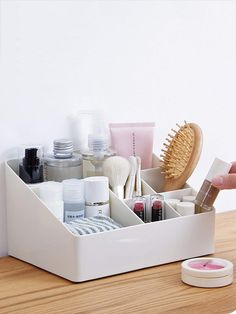 ideas for makeup organization diy bathroom dorm room Diy Makeup Organizer, Make Up Organizer, Makeup Organization, Rangement Makeup, Diy Rangement, Cosmetic Storage, Makeup Storage, Dorm Room Organization, Woman Bedroom