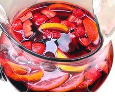 La sangria è una deliziosa bevanda alcolica che fa parte della tradizione della cucina spagnola ma che ormai è diffusa anche da noi, ecco i nostri consigli per fare la sangria spagnola originale ma anche quella bianca e quella analcolica.