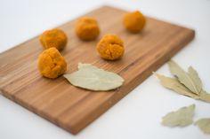 Ozvláštněte svůj salát těmito lahodnými exotickými kuličkami z kurkumy. Kurkuma je velmi zdravá potravina a v kombinaci s kokosem si ji zamilujete!