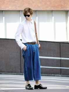 メンズでは、少し珍しいデニムのワイドパンツ。☺ ワンサイズ大きめでゆるコーデ。 クロップド丈なので