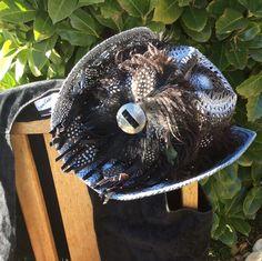 chapeau style country plumes noir et blanc : Chapeau, bonnet par claudeplume