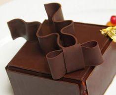 Le gâteau Noeud d'Amour sera disponible au Café de la Paix Paris Food, Cake Pops, Cupcake Cakes, Chocolate, Desserts, Budget, Hair Bow, Food, Love