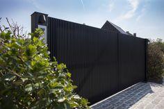 moderne minimalistisch strakke zwart gelakte tuinpoort architecturaal maatwerk design vervaardigd uit afrormosia hout in vichte door Pouleyn