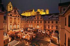 Adventsmarkt in Füssen Der Adventsmarkt in Füssen ist zwar nur an wenigen Tagen geöffnet, doch die Reise lohnt sich: Der Innenhof des Klosters St. Mang erstrahlt angesichts der liebevollen Beleuchtung. Zu essen gibt es unzählige Leckereien. Den Wochenend-Trip kann man gut mit einem Besuch von Schloss Neuschwanstein kombinieren, das ganz in der Nähe ist