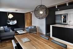 Pavel Yanev (ALL in Studio) transformó en uno dos antiguos apartamentos después de que sus propietarios se enamoraran y necesitaran un espacio más grande