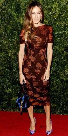 """Sarah Jessica Parker mixed prints in New York I really like the dress, not too fond of the totally clashing shoes and bag though. I know mixed prints are """"in"""", but this is too much!"""