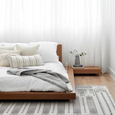 White Bedding In a Bag Decoration Inspiration, Room Inspiration, Decor Ideas, Floor Bed Frame, Floor Beds, Low Floor Bed, Floor Mattress, Home Bedroom, Bedroom Decor