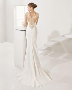 Vestido de crepe y pedreria, en color natural/nude.