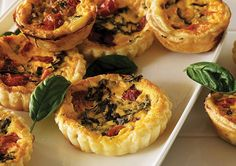 Feeding the whole family doesn't have to be tricky. These Roasted Tomato & Basil Mini Quiches are quick to make and will guarantee a satisfied crowd. Healthy Finger Foods, Healthy Food, Healthy Recipes, Meal Ideas, Dinner Ideas, Food Ideas, Tomato Garden, Tomato Basil, Quiche Recipes