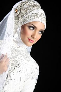 Minimalist accessories to Bridal Veil How to Have a Good Fashion Sense and Look Great. If you like to look good, try new things and put your outfit together, then you have a great sense of fashion. Muslim Wedding Gown, Hijabi Wedding, Arab Wedding, Disney Wedding Dresses, Pakistani Wedding Dresses, Bridal Hijab, Bridal Gowns, Hijab Style Dress, Muslim Brides