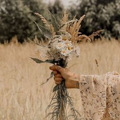 Missing the days of foraging for wild flowers via 🌾 Boho Aesthetic, Flower Aesthetic, Aesthetic Photo, Aesthetic Pictures, Wild Flowers, Beautiful Flowers, Sun Flowers, Photo Images, Wedding Spot