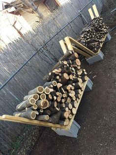 21 Creative DIY Firewood Rack Designs Ideas for Outdoor Space DIY firewood rack ideas will help you to keep the piles of firewood dry so you can enjoy bonfires in your back yard. Find and save ideas about firewood rack in this article. Firewood Stand, Outdoor Firewood Rack, Firewood Holder, Firewood Storage, Diy Fire Pit, Fire Pit Backyard, Backyard Patio, Backyard Landscaping, Backyard Seating