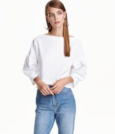 Weiß. Weites, gerade geschnittenes Shirt aus Rippenjersey. Modell mit U-Boot-Ausschnitt, überschnittenen Schultern und 3/4-langen Volantärmeln.