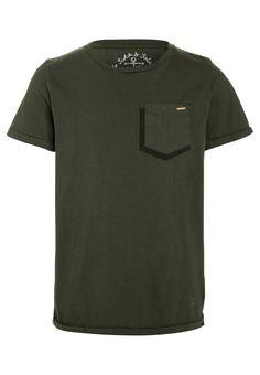 ¡Consigue este tipo de camiseta manga corta de Scotch Shrunk ahora! Haz clic para ver los detalles. Envíos gratis a toda España. Scotch Shrunk GARMENT DYED SHORT SLEEVE CREW NECK WITH PRINTED POCKET Camiseta básica military: Scotch Shrunk GARMENT DYED SHORT SLEEVE CREW NECK WITH PRINTED POCKET Camiseta básica military Ropa   | Material exterior: 100% algodón | Ropa ¡Haz tu pedido   y disfruta de gastos de enví-o gratuitos! (camiseta manga corta, mangas cortas, manga corta100%, short-s... Scotch Shrunk, Polo Ralph Lauren, Shorts, Mens Tops, Fashion, Self Branding, Fashion Clothes, Shirts, Sleeves