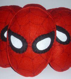 Almofada Homem Aranha <br> <br>Almofada rosto do Homem Aranha, ou Mulher maravilha, Batman, hobin, super man! <br>feltro e fibra siliconada <br> <br>Perfeito para lembrancinha de aniversário! <br>Pode ser centro de mesa