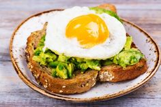 Egg yolks, avocado, and 9 other high-calorie foods that can help with weight loss Healthy Grains, Healthy Fats, Healthy Eating, Healthy Cat Treats, Heart Healthy Recipes, How To Ripen Avocados, Pea Protein Powder, Ginger Smoothie, High Fat Foods