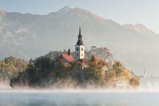 #Bled, #Slovenie. Prachtige zonsopkomst en de aanwezige mist geeft de foto een mysterieuze look.