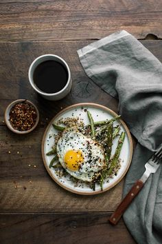 Easy and flavorful sesame green beans paired with quinoa and a fried egg; a perfect breakfast or light lunch for summer or early fall. Healthy Food To Lose Weight, Healthy Foods To Eat, Healthy Snacks, Healthy Recipes, Brunch, Egg Recipes, Gourmet Recipes, Easy Eat, Scallop Recipes