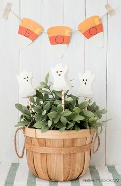 Halloween diy ghost peep pops and free printable boo banner. Easy lollipops that make the perfect treat for Halloween. Print out your own candy corn boo banner for your party.