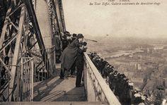 La galerie extérieure du deuxième étage de la Tour Eiffel, vers 1900