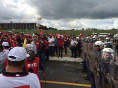"""Jean Wyllys denuncia """"militarização"""" da Polícia   Legislativa e ataca Eduardo Cunha  QUEM ESTÁ NO LUGAR ERRADO É O CUNHA!   PM   PROVOCOU TRABALHADORES E  SINDICALISTAS ONTEM EM BRASÍLIA!     A MANDO DO CUNHA!  EMPRESÁRIOS COM LIVRE TRÂNSITO E SINDICALISTAS BARRADOS NA PORTA!  Cadê nossa casa em Brasília?   Nossa, do povo?  Precisamos ser respeitados por nossos mais de 54% de votos nas urnas! O erro é de quem está lá! Não nos representa, não deveria estar lá? Somos maioria, somos fortes, e…"""