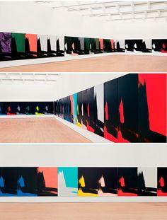 Serigrafias da série Shadows (1978-79) assinadas por Andy Warhol e expostas no MAM de Paris.