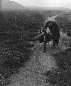 A partir de 1937 sus fotografías son habituales en revistas como Harper's Bazaar, Lilliput, Picture Post y The Bystander, ese mismo año via...