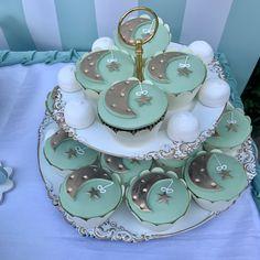 Στολισμός βάπτισης με θέμα το αστέρι Birthday Cake, Candy, Desserts, Food, Tailgate Desserts, Deserts, Birthday Cakes, Essen, Postres