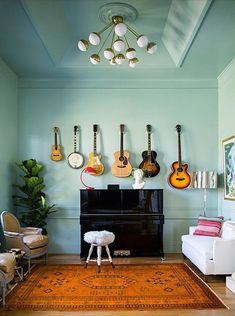 Living Room Wall Décor Ideas so You Can Finally Fill That Blank Space Home music rooms Room Wall Decor, Living Room Decor, Living Spaces, Small Living, Home Music Rooms, Music Studio Room, Guitar Display, Guitar Storage, Display Wall