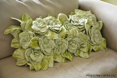 I adore succulents. I'm becoming obsessed actually. While considered a bit like a cactus, with the little water they need, succulents don't look out of pl Home Flowers, Felt Flowers, Fabric Flowers, Felt Flower Pillow, Felt Pillow, Pillow Room, Diy Pillows, Decorative Pillows, Throw Pillows