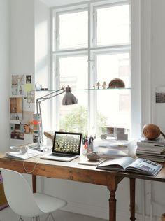 """Un vecchio tavolo con le """"ali"""" da utilizzare come scrivania estensibile. Mi piace. Anzi: ne ho uno identico. Che funziona da scrivania... (un pensiero di Sabrine, FRAGOLE A MERENDA)"""