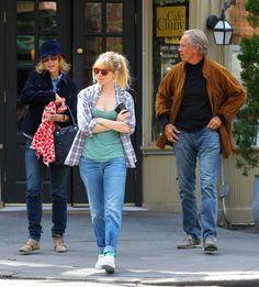 Sienna Miller - Sienna Miller Picks Up Lunch With Her Parents