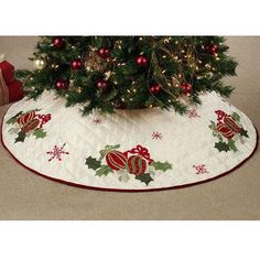 Quilted Ornaments Christmas Tree Skirt - Idea - Touch of Class Xmas Tree Skirts, Christmas Tree Skirts Patterns, Quilted Christmas Ornaments, Christmas Sewing, Christmas Projects, Christmas Crafts, Christmas Decorations, Christmas Runner, Stocking Tree
