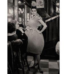 Défilé Chloé printemps-été 1960 à la Brasserie Lipp http://www.vogue.fr/mode/inspirations/diaporama/la-femme-chloe-s-expose-au-palais-de-tokyo/9928/image/614863#defile-chloe-printemps-ete-1960-a-la-brasserie-lipp