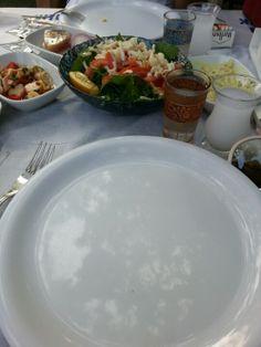 Lebhaftes Fischrestaurant nahe der Galatabrücke. Man sitzt an einfachen Tischen mit Papiertischdecken in der Laube oder im Garten, alles ist mit Lampions und Lichterketten beleuchtet. An der Glastheke wartet eine riesige Auswahl an frischen Fischen und Meeresfrüchten auf die Gäste  und die netten Kellner helfen ratlosen Essern gerne weiter. Tolle Atmosphäre!